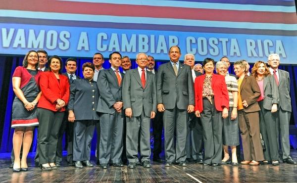 El presidente Luis Guillermo Solís inició su cuatrienio con el nombramiento de ocho mujeres y 13 hombres como ministros.