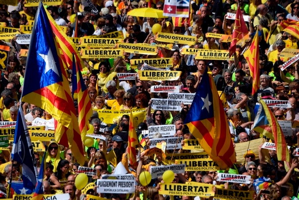 Manifestantes, agitando pancartas y banderas independentistas (senyeras) pidieron en las calles de Barcelona -el 15 de abril del 2018- la liberación de dirigentes separatistas.