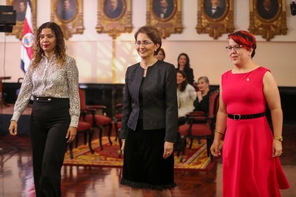 La magistrada Garro Vargas (al centro) se juramentó este jueves en la Asamblea Legislativa. En su ingreso al plenario contó con la escolta de las diputadas Paola Valladares, del PLN (izquierda), y Laura Guido, del PAC. Foto: José Cordero