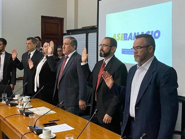 Allan Castro Tassara, presidente de Asebanacio (primero a la izquierda, de corbata negra), junto a la Junta Directiva de la asociación en la Asamblea Legislativa. Cortesía: Despacho de diputada Yorleny León