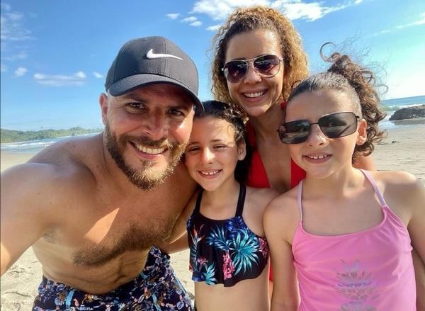 Hermosa familia: Nadia Aldana, su esposo, Marco Antonio Piñeres y las gemelitas de ambos, hoy ya de siete años. Foto IG