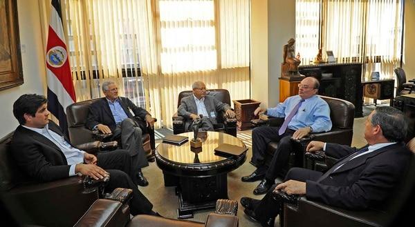 (de izquierda a derecha) Carlos Alvarado, encargado de prensa del PAC; Olivier Castro, vocero de economía del PAC, el candidato a vicepresidente Helio Fallas; el presidente del BCCR, Rodrigo Bolaños, y el gerente del BCCR, Félix Delgado.