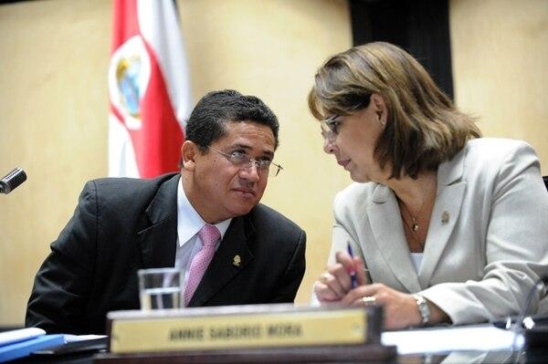 El presidente de la Asamblea, Luis Fernando Mendoza, defiende el uso de la ayuda en combustible a discreción de los diputados. En la foto, conversa con la diputada Annie Saborío, también del PLN.