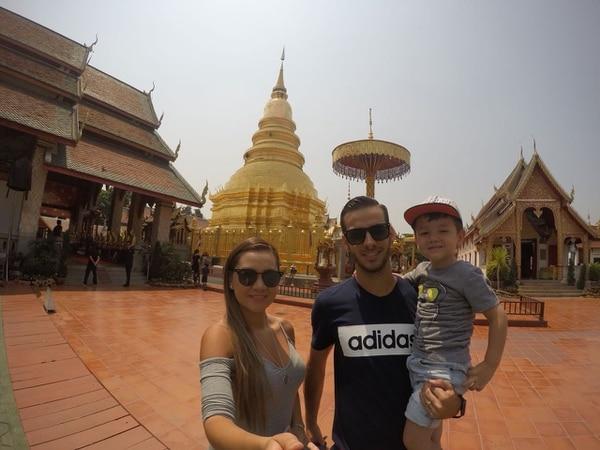 El delantero compartió con su familia en un templo budista en Tailandia