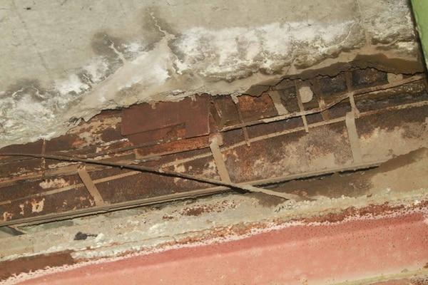 Corrosión en la superestructura del puente, grietas en el asfalto y las tuberías del poliducto de Recope ponen el peligro el puente.   ALEJANDRO NERDRICK.