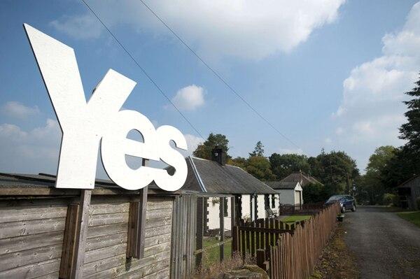 Un proindependentista signo del sí se destaca en Jedburgh, en la frontera escocesa con Inglaterra, una semana antes del referendo en que los escoceses decidirán si se independizan del Reino Unido. | AFP