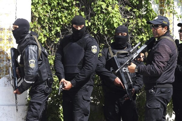 Miembros de las fuerzas de Seguridad tunecinas, toman posiciones en las proximidades del museo del Barbo en Túnez