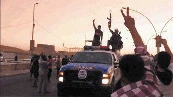 Imagen tomada de un video subido a YouTube de supuestos miembros del Estado Islámico de n Irak y el Levante (EIIL) que participan en un desfile militar en la ciudad de Mosul, norte del país. | AFP
