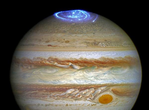 La mancha recién descubierta de Júpiter, destacada en la parte superior de esta imagen.