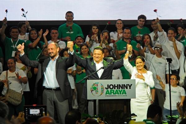 Con luces y una cuota de espectáculo, en el Gimnasio Nacional, Johnny Araya presentó a sus dos candidatos a las vicepresidencias, Jorge Pattoni y Silvia Lara. Además resumió puntos de su plan de gobierno. | MAYELA LÓPEZ