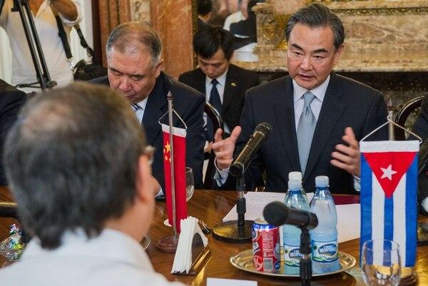 Wang Yi (de frente) mantuvo una reunión con el canciller cubano Bruno Rodríguez, luego se reunió con el presidente de la isla, Raúl Castro.