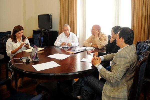 Los diputados del Directorio legislativo, Jorge Rodríguez (de blanco), Henry Mora, Marcela Guerrero y Luis Vásquez, se reunieron ayer en el Castillo Azul. Con ellos, la asesora Yanixia Villalobos (izquierda). | EYLEEN VARGAS