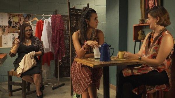 En un taller de costura del barrio se pueden conocer las situaciones de los vecinos. En La Remendona no solo se cosen ruedos, también se reparan relaciones. Foto: Cortesía Sinart.