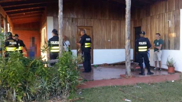 La Fuerza Pública fue alertada por vecinos y sorprendió a los cinco detenidos en plena acción.