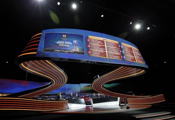 Escenario en el que se llevó a cabo ayer el sorteo de la fase de grupos de la Liga Europa de la UEFA, en el Grimaldi Forum de Montecarlo. | EFE