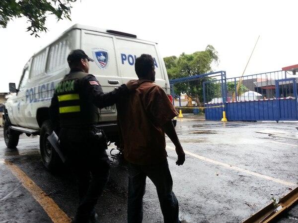 Momento del traslado del detenido al centro de dactiloscopía del Ministerio de Seguridad.