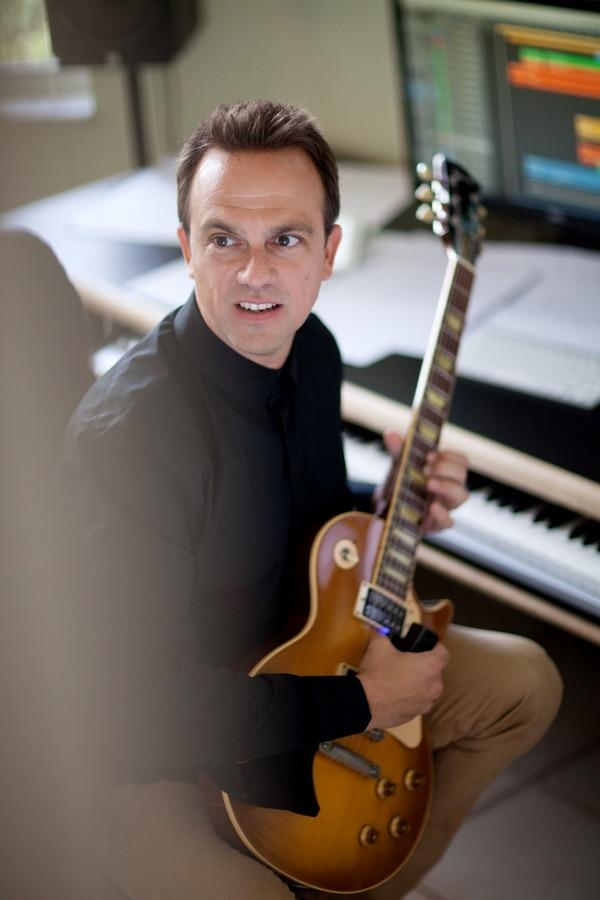 Rivera denota humildad. Asegura sentirse afortunado de acompañarse siempre por una guitarra. PÁGINA OFICIAL CARLOS RAFAEL RIVERA