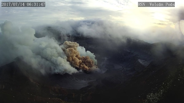 Ceniza rojiza en volcán Poás.