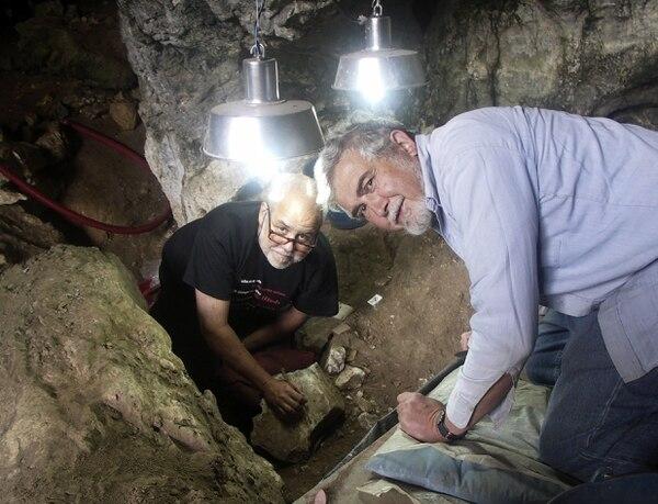 El director del Instituto Internacional de Investigaciones Prehistóricas de Cantabria Manuel González Morales (i), y del arqueólogo norteameircano Lawrence Guy Straus (d), mientras trabajan en la cueva de El Mirón