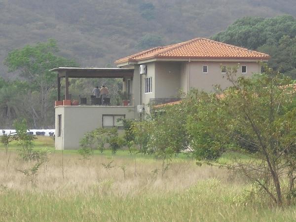 Fiscales y agentes del OIJ allanaron la casa de la jueza en Arado de Santa Cruz, en febrero del 2011, en busca de evidencias por una causa de legitimación de capitales que se había iniciado en el año 2008. | ARCHIVO LN