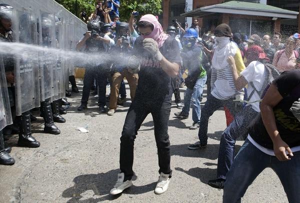 Manifestantes fueron controlados con chorros de agua a presión en las protestas del 20 de marzo en Caracas.