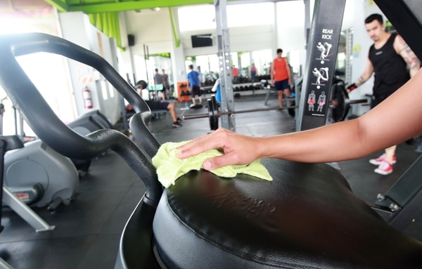 La limpieza previa de las máquinas es una de las medidas fundamentales contra la covid-19 en los gimnasios. Foto Alonso Tenorio