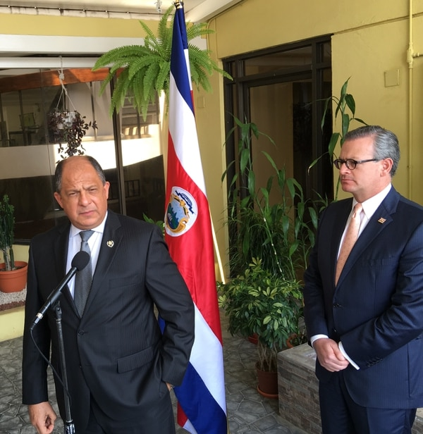 El presidente Luis Guillermo Solís (izq.) y su canciller, Manuel González, reiteraron este jueves que el país no va a otorgar visas de tránsito a los cubanos varados en la frontera de Panamá con Costa Rica.