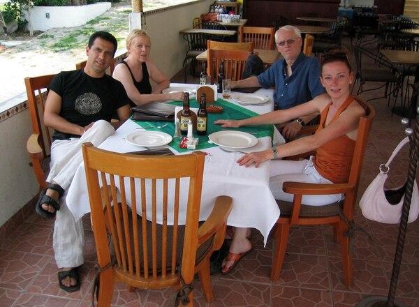 La ciudadana francesa Florence Cassez con su pareja sentimental, Israel Vallarta, y sus padres Bernard y Charlotte en el rancho Las Chinitas. Foto: Agencia El Universal/México/GDA.