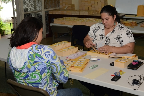 Sofía Tenorio y Jéssica Arce preparaban ayer parte del material electoral para el domingo en la sede del PAC en Montes de Oca. | CARLOS GONZÁLEZ