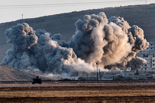 Nubes de humo, producto de los bombardeos aéreos de la coalición en Kobane, se apreciaban ayer desde la frontera con Turquía. | AFP