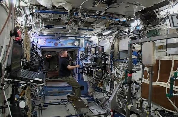 Kjell Lindgren, astronauta, recibe la nave de carga Cygnus, que lleva más de 3.000 kilos de agua, alimentos y otras provisiones a la EEI. | AFP
