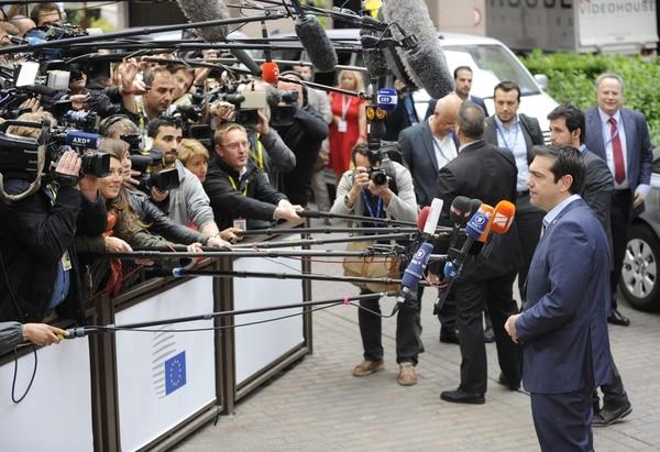 Periodistas entrevistan al primer ministro de Grecia, Alexis Tsipras.