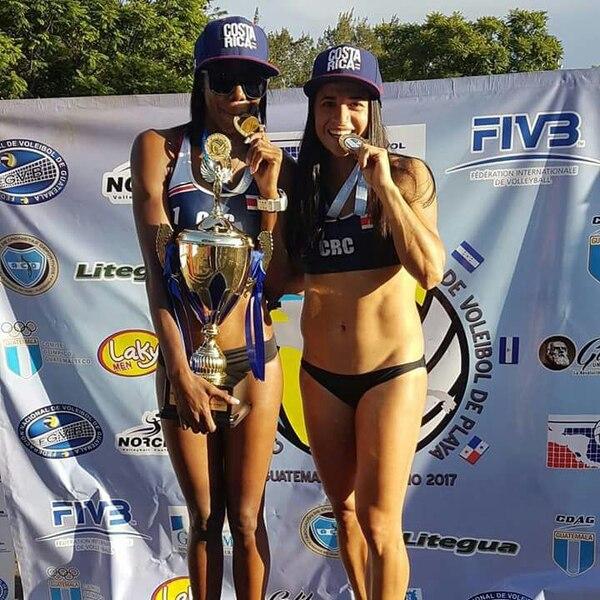 Karen Cope (izquierda) y Natalia Alfaro (derecha) en lo más alto del podio centroamericano al ser las campeonas