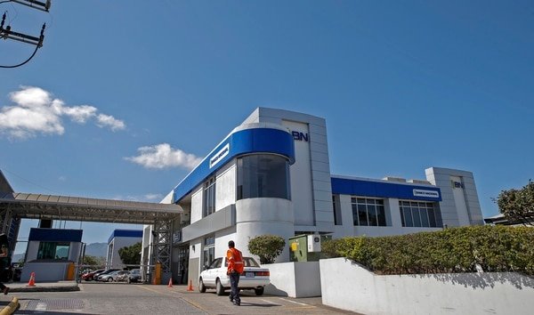 El Banco Nacional tendrá cerradas 128 agencias ubicadas en los cantones en alerta naranja. Solo permanecerán abiertas 33 oficinas en el país. En la imagen, la sucursal ubicada en La Uruca, en San José. Foto: Mayela López.