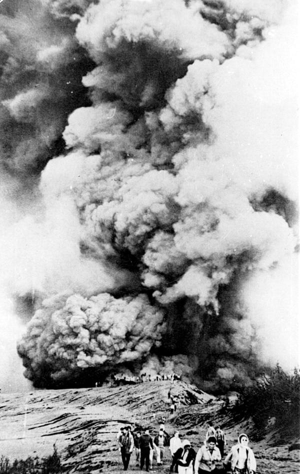 En 1963 el Volcán Irazú comienza el 13 de marzo una serie de erupciones que durante dos años afectan severamente al país