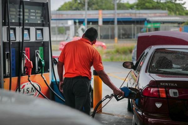 Las estaciones de servicio aplicarán una leve rebaja en los combustibles a inicios de agosto. Esta es la gasolinera CICSA en Tibás, donde atiende Cristian Agüero. Foto Alonso Tenorio.