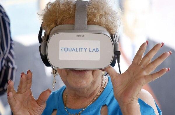 Nidia Silva vivió una experiencia de realidad virtual en el barrio de La Pequeña Habana de Miami, Florida, el 26 de julio del 2019. La científica nacida en Francia, Alexandra Ivanovitch, fundó Equality Lab ofreciendo una experiencia de realidad virtual a las personas mayores. Foto: AFP