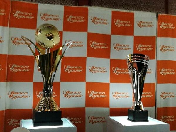 En el Rosabal Cordero se muestran los trofeos de campeón y subcampeón que se repartirán esta noche. Foto: Steven Oviedo