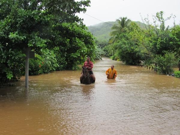 En Santa Cruz de Guanacaste las lluvias también afectan las labores cotidianas. Foto: Alvaro Duarte.