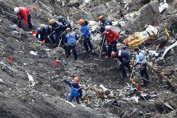 Rescatistas trabajan en restos del avión de Germanwings. | AP