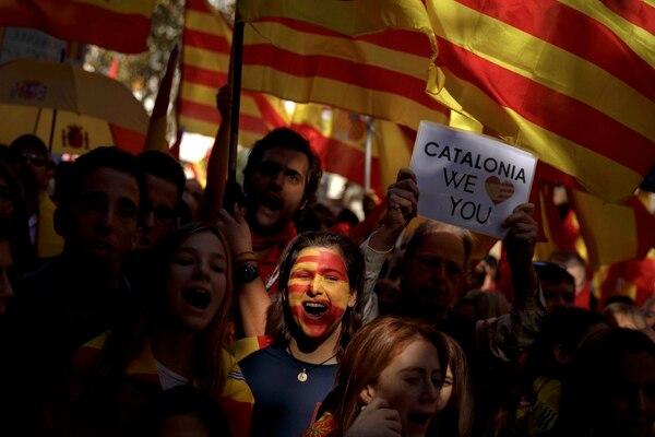 Esta mujer, con las banderas de España y Cataluña (senyera) pintadas en su rostro expresó su rechazo a la independencia, durante una marcha que tuvo lugar el domingo 29 de octubre del 2017 en Barcelona.