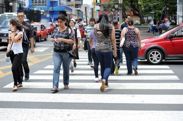 Los conductores que no cedan el paso a peatones en los sitios que el señalamiento vial así lo indica también son multados.