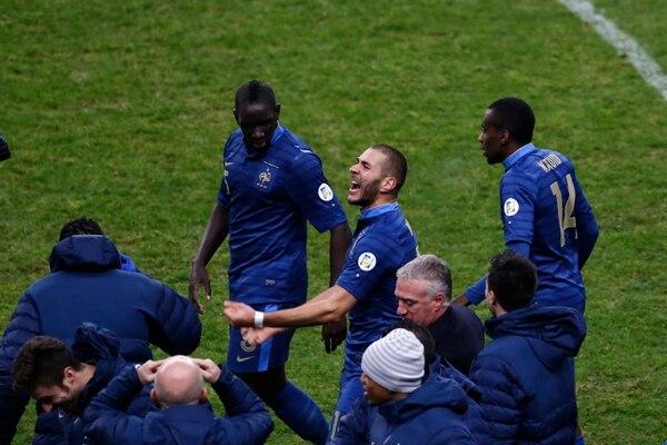 Karim Benzema corrió al banquillo de Francia para celebra su gol ante Ucrania.