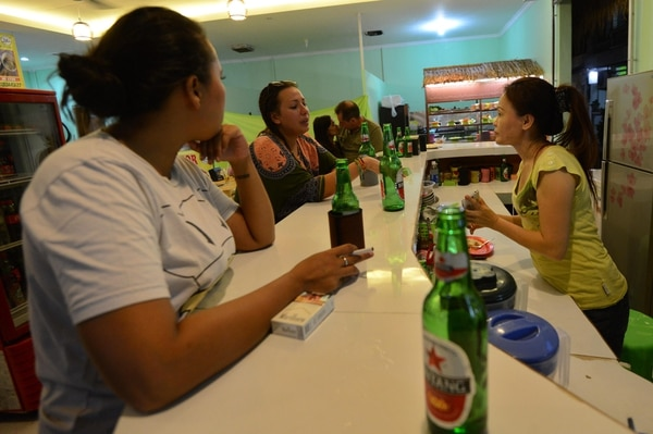 Turistas en un restaurante de Kuta