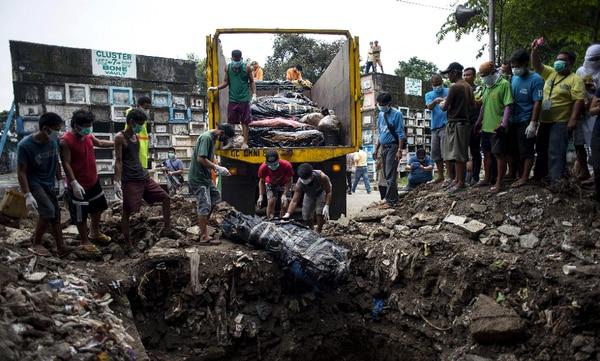 Las fosas comunes son utilizadas para colocar cadáveres de personas muertas en la 'lucha contra las drogas' en diferente estados de descomposición.