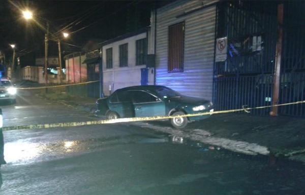 Los sujetos le dispararon a un carro Nissan Sentra que había sido robado en Tibás.