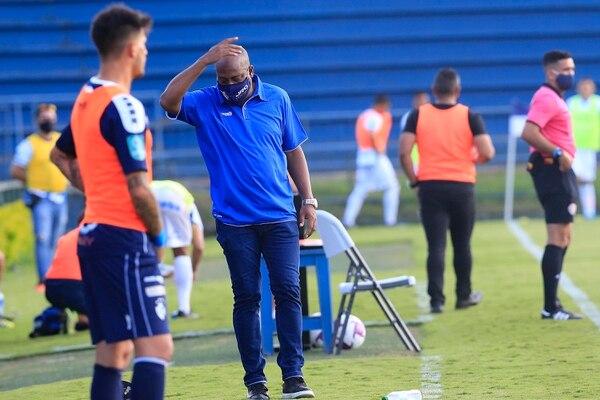 Hernán Medford por momentos se desesperó por el accionar del rival en el terreno de juego. Fotografía: Rafael Pacheco