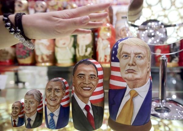 Muñecas de madera rusas tradicionales representando a los expresidentes de EE. UU. y al candidato Donald Trump.