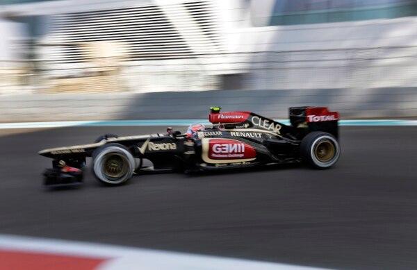El piloto francés Roman Grosjean pasa como bólido con su Lotus por la pista del autódromo Yas Marina, donde el domingo se correrá al Gran Premio de Abu Dhabi, Emiratos Árabes Unidos.