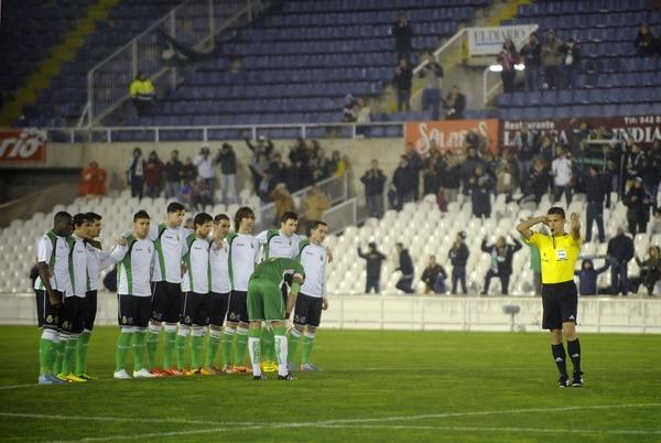 Los jugadores del Racing en el centro del terreno de juego se unieron y se negaron a disputar el encuentro ante la Real Sociedad.